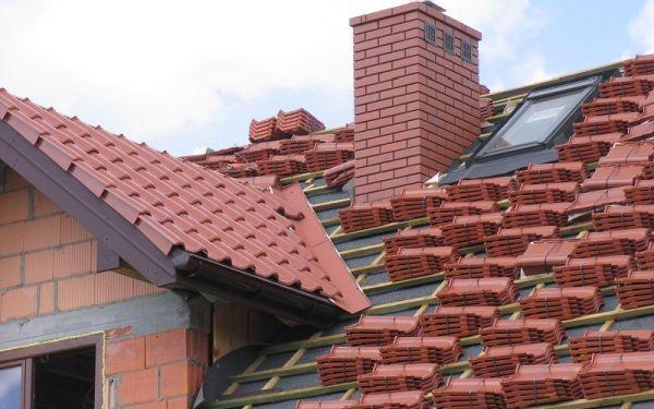 Montaż dachówek ceramicznych. Jak je prawidłowo układać?