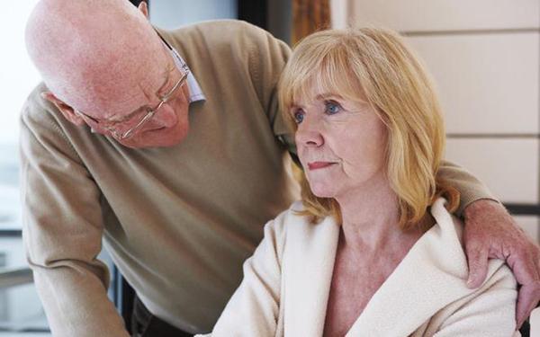 Jak żyć z chorym na alzheimera? Porady dla opiekunów